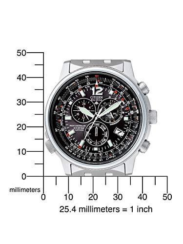 Hinter dem Zifferblatt ist die Solar Funktion. Und du kannst auf dem Bild auch sehen, wie groß die Uhr ist.